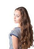 Mooie geïsoleerde vrouw met lang mooi krullend bruin haar Stock Foto's