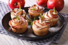 Mooie gebakjesappelen in de vorm van rozen Stock Foto