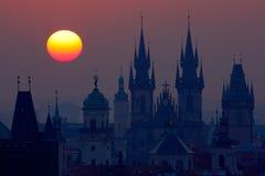 Mooie gedetailleerde zonsopgangmening van de kerktorens van Praag Vroege ochtendkleuren met oude stad Schemering in historische s Royalty-vrije Stock Foto's