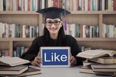 Mooie gediplomeerd toont als op touchpad bij bibliotheek royalty-vrije stock afbeeldingen