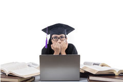 Mooie gediplomeerde bang voor laptop stock afbeeldingen