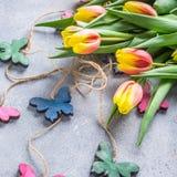 Mooie geeloranje tulpen Stock Afbeelding