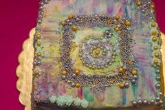 Mooie gekleurde cake op karmozijnrood royalty-vrije stock foto's