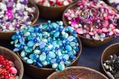 Mooie gekleurde steenjuwelen en parels. Royalty-vrije Stock Afbeelding