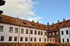 Mooie gele historische middeleeuwse Europese laag-stijgingsgebouwen met een rode geveltop van het tegeldak en rechthoekige venste stock afbeeldingen