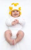 Mooie gelukkige baby in gebreide hoed Stock Afbeeldingen