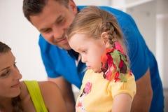 Mooie gelukkige en familie die thuis trekken schilderen Royalty-vrije Stock Foto's