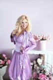 Mooie gelukkige glimlachende blonde vrouw met lange golvende haar binnen stijl Royalty-vrije Stock Afbeelding