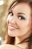 Mooie Gelukkige Glimlachende Donkerbruine Vrouw Royalty-vrije Stock Afbeeldingen