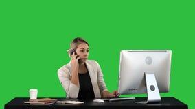 Mooie gelukkige glimlachende jonge bureauvrouw die aan computer bij bureau Aantrekkelijk vrolijk model werken in formele slijtage stock videobeelden
