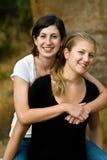 Mooie gelukkige glimlachende meisjes in openlucht Royalty-vrije Stock Fotografie