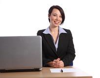 Mooie gelukkige jonge bedrijfsvrouw in bureau Royalty-vrije Stock Foto