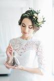 Mooie gelukkige jonge bruid die op bruidegom wachten stock fotografie