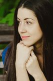Mooie gelukkige jonge vrouw die headshot glimlachen Stock Fotografie