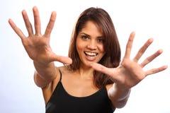Mooie gelukkige jonge vrouw die uit grote glimlach bereikt Stock Afbeelding