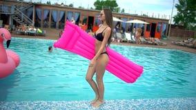 Mooie gelukkige jonge vrouw met roze matras in de zomer De zomer Vakantie 2 jong en meisje die ontspannen lopen stock video