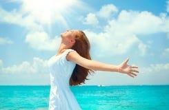 Mooie gelukkige jonge vrouw in witte kleding op tropisch toevluchteiland Het concept van de vakantie Mooi meisje op het oceaanstr stock foto