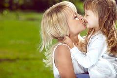Mooie gelukkige moeder met haar dochter stock foto's