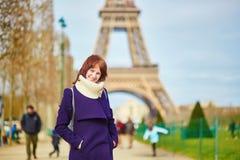Mooie gelukkige toerist in Parijs, die dichtbij de toren van Eiffel lopen Stock Fotografie