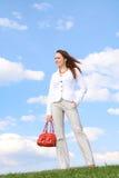 Mooie gelukkige vrouw bij blauwe hemelachtergrond royalty-vrije stock afbeeldingen