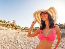 Mooie gelukkige vrouw in bikini bij de kust stock foto's