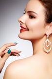 Mooie gelukkige vrouw in de oorringen van de luxemanier Diamant glanzende juwelen met brilliants Sexy retro stijlportret royalty-vrije stock foto