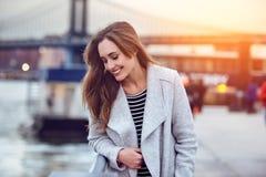 Mooie gelukkige vrouw die de Rivier van het Nabije Oosten in de Stad van New York lopen royalty-vrije stock foto's