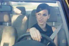 Mooie gelukkige vrouw die haar auto drijft royalty-vrije stock afbeeldingen
