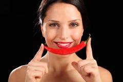 Mooie gelukkige vrouw die rode Spaanse peperpeper houdt Royalty-vrije Stock Fotografie