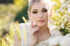 Mooie gelukkige vrouw in een bloemrijke de lentetuin Royalty-vrije Stock Afbeelding