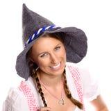Mooie gelukkige vrouw in een dirndl en een hoed Royalty-vrije Stock Afbeeldingen