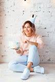 Mooie gelukkige vrouw haar verjaardag Meisje met cake Het vieren concept stock afbeelding