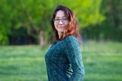 Mooie gelukkige vrouw met buiten glazen Royalty-vrije Stock Fotografie