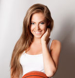 Mooie gelukkige vrouw met een basketbal royalty-vrije stock foto's