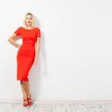 Mooie gelukkige vrouw in rode kleding Stock Fotografie