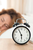 Mooie gelukkige vrouwenslaap in haar slaapkamer in de ochtend Royalty-vrije Stock Foto