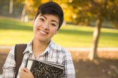 Mooie Gemengde Ras Vrouwelijke Student Holding Books Royalty-vrije Stock Foto