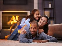 Mooie gemengde rasfamilie die thuis glimlacht Royalty-vrije Stock Afbeeldingen
