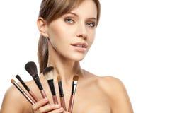 Mooie geplaatste de make-upborstels van de vrouwenholding Royalty-vrije Stock Fotografie