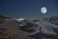 Mooie geribbelde ijs en maan Stock Afbeeldingen