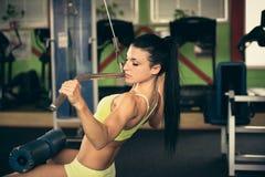 Mooie geschikte vrouw die in gymnastiek uitwerken - meisje in geschiktheid Stock Foto's