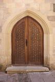 Mooie gesneden deur bij de ingang aan een oude moskee baku azerbaijan Stock Afbeeldingen