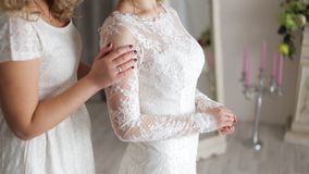 Mooie gevoelige Meisjes in huwelijkskleding Bruid met meisje stock afbeeldingen