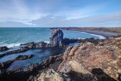 Mooie gevormde rotsen dichtbij een schipbreuk in Djupalonssandur, Hellnar, IJsland royalty-vrije stock foto's