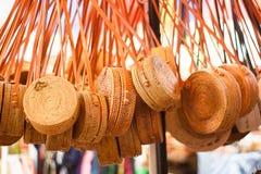 Mooie geweven met de hand gemaakte rotanzakken op de markt stock afbeeldingen