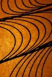 Mooie geweven zwarte lijnen op gouden lichte achtergrond Royalty-vrije Stock Afbeelding