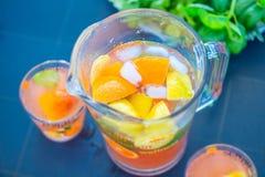 Mooie Gezonde Citrusvruchtenlimonade, de Zomerdrank, Zomer, Partij in de Tuin stock afbeeldingen