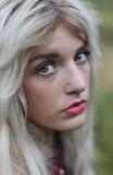 Mooie gezonde jonge vrouw die in openlucht toevallige uitrusting dragen Royalty-vrije Stock Foto's