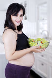 Mooie gezonde moeder met salade Royalty-vrije Stock Afbeelding