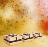 Mooie Gift gouden doos met boog Royalty-vrije Stock Afbeeldingen